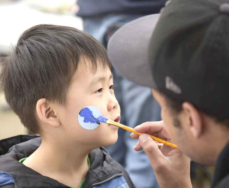 face painters apply picnic